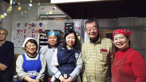 山田さん、そして「前野町子ども食堂わくわくランド」の仲間たちと。