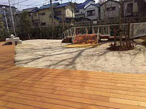区内初の園庭がある児童館。お外遊びもできます。広いウッドデッキもあります。
